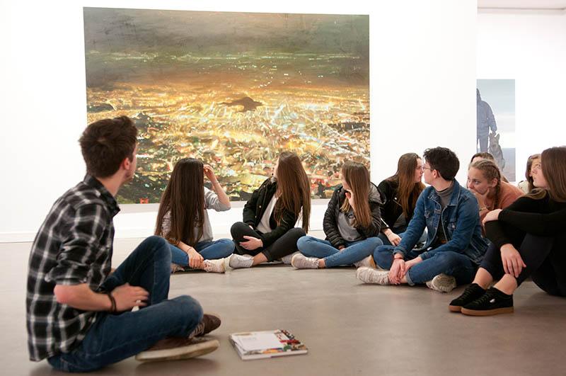 un groupe d'adolescents et un médiateur à la galerie du Faouëdic